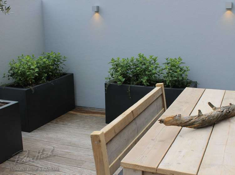 Dak terras met rechthoekige polyester plantenbakken